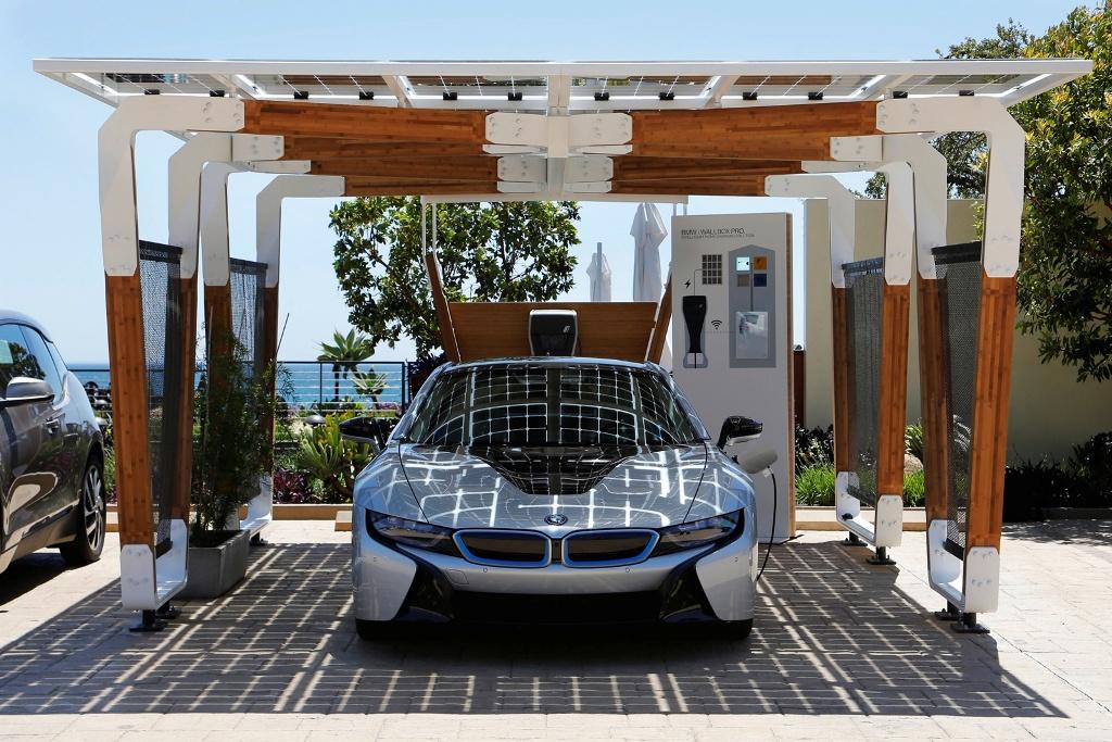 BMW Group DesignworksUSA dezvoltă un concept inovativ de garaj cu panouri solare pentru încărcarea maşinilor electrice