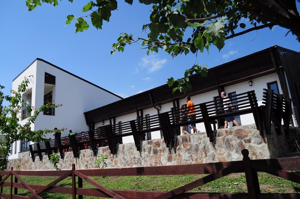 Echipajele de la Raliul Moldovei Moinesti au vizitat Muzeul Urmasilor Razesilor Gazari din comuna Magiresti