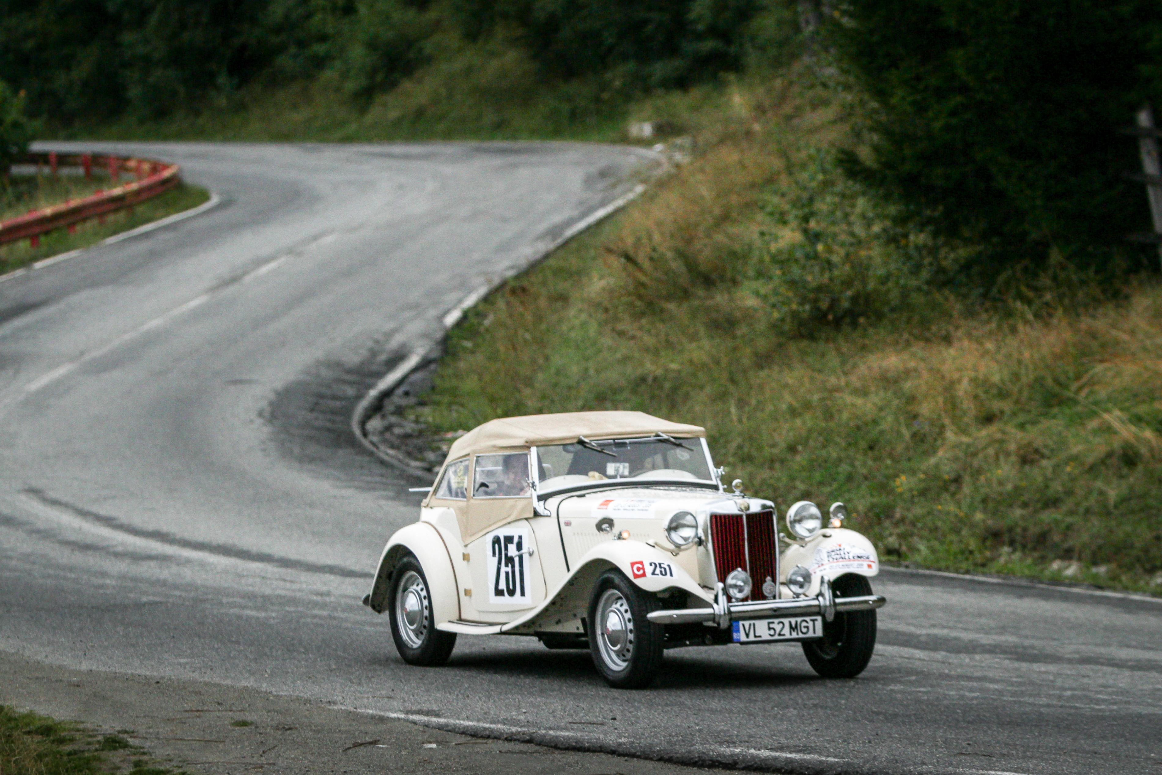 Spectacol și mașini legendare în competiția de regularitate la Sibiu Classic Challenge