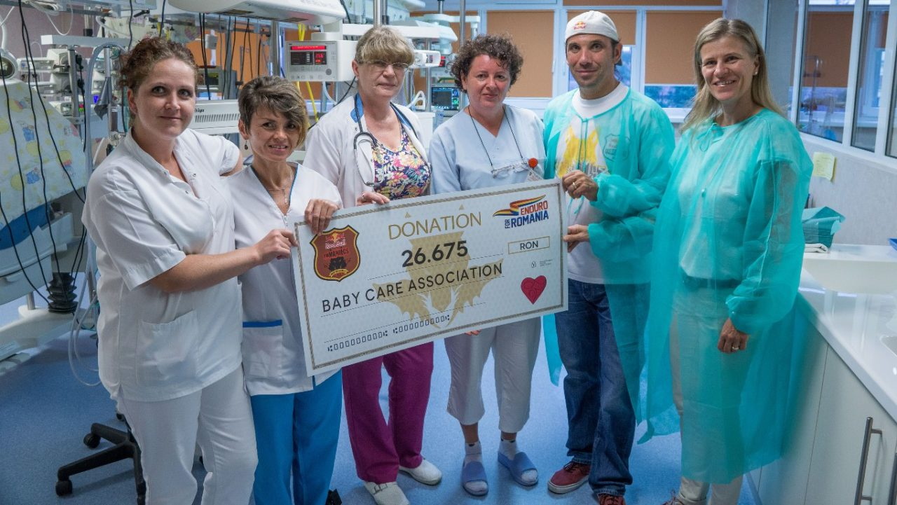 O parte dintre initiatorii Enduro for Romania si personalul medical implicat in proiectul Baby Care -a