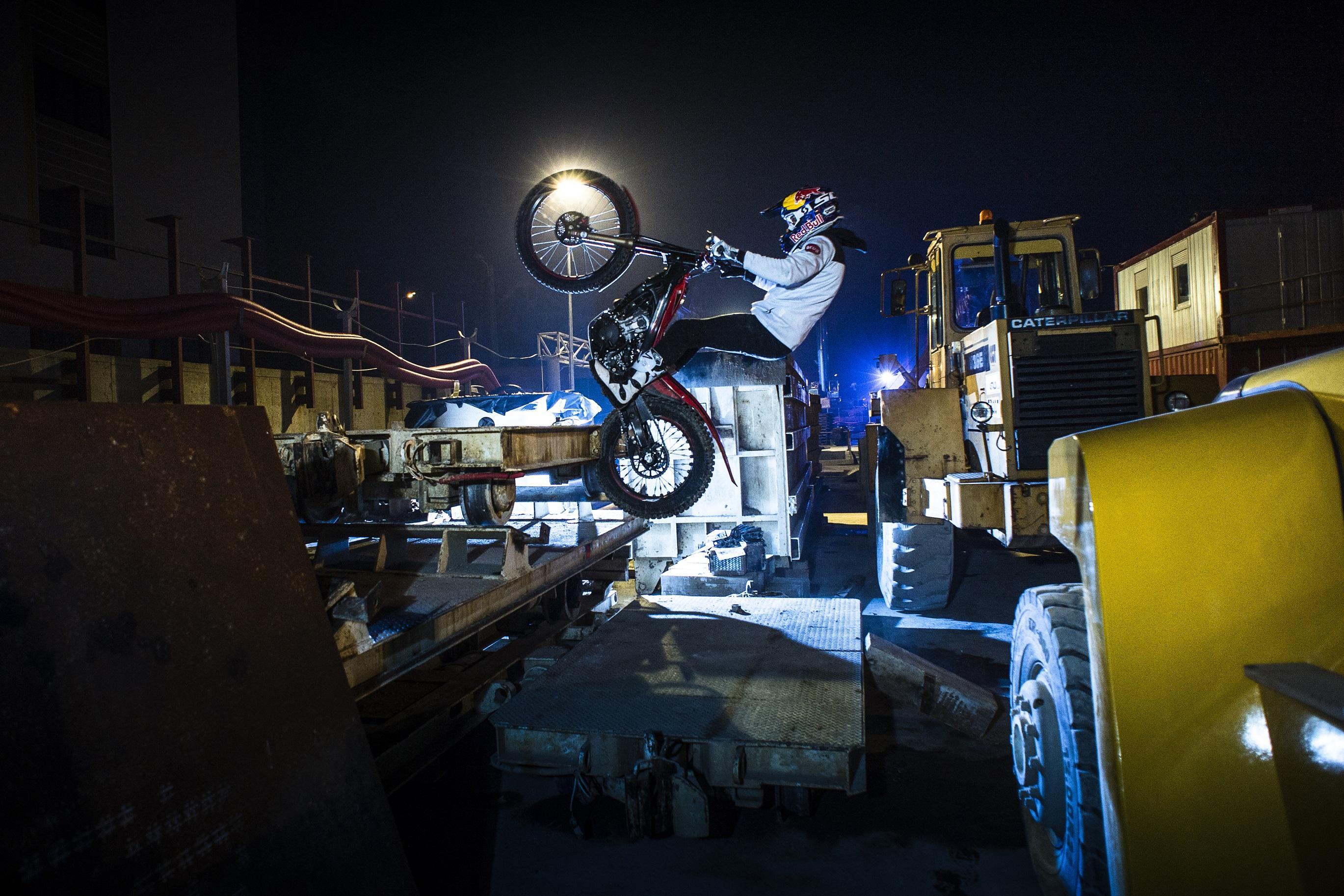 Cu mototcicleta pe Magistrala 4 de metrou