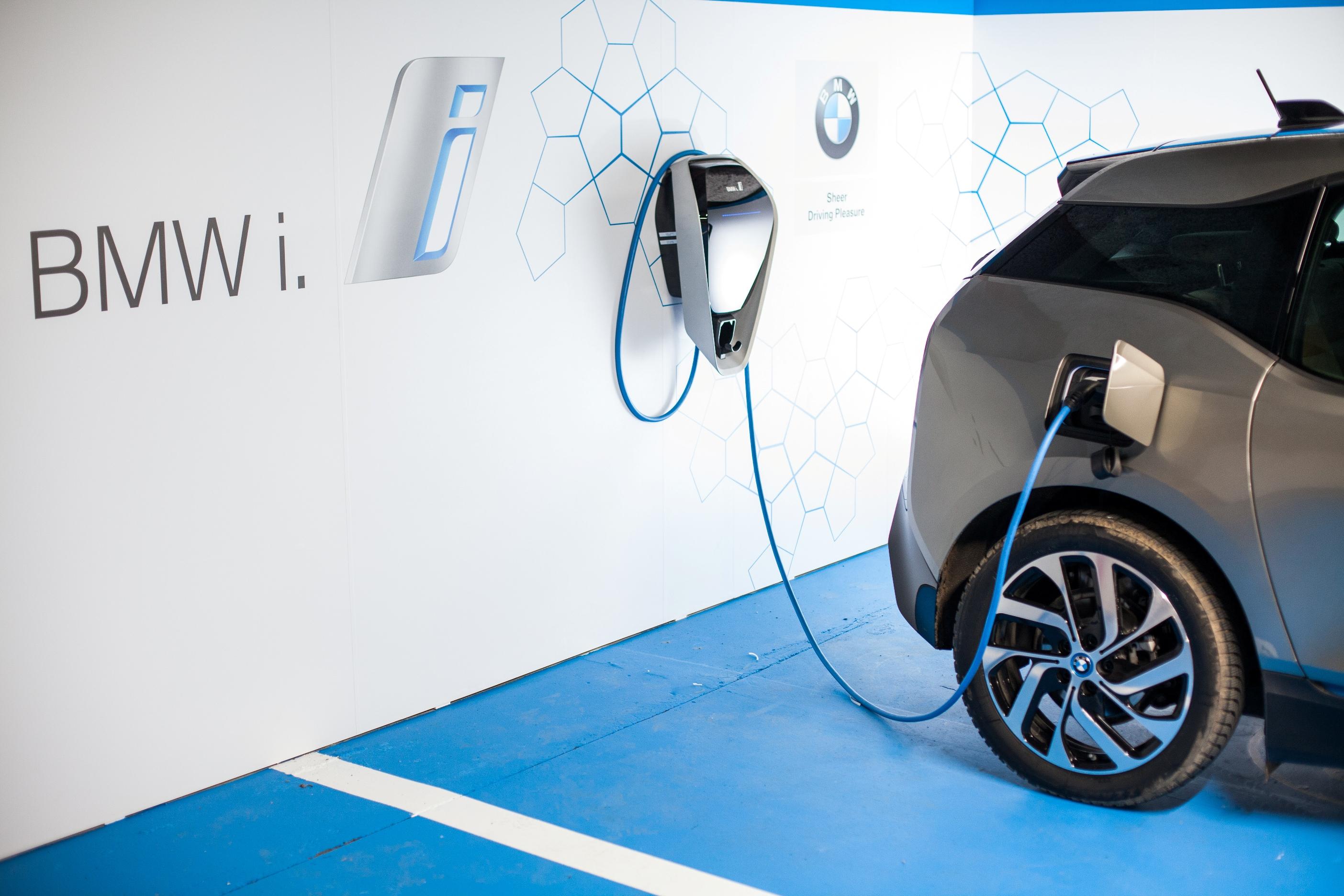 """""""BMW i ChargeForward"""" arătă cum încărcarea inteligentă poate aduce beneficii atât pentru mobilitatea electrică, cât şi pentru viitorul energiei durabile"""